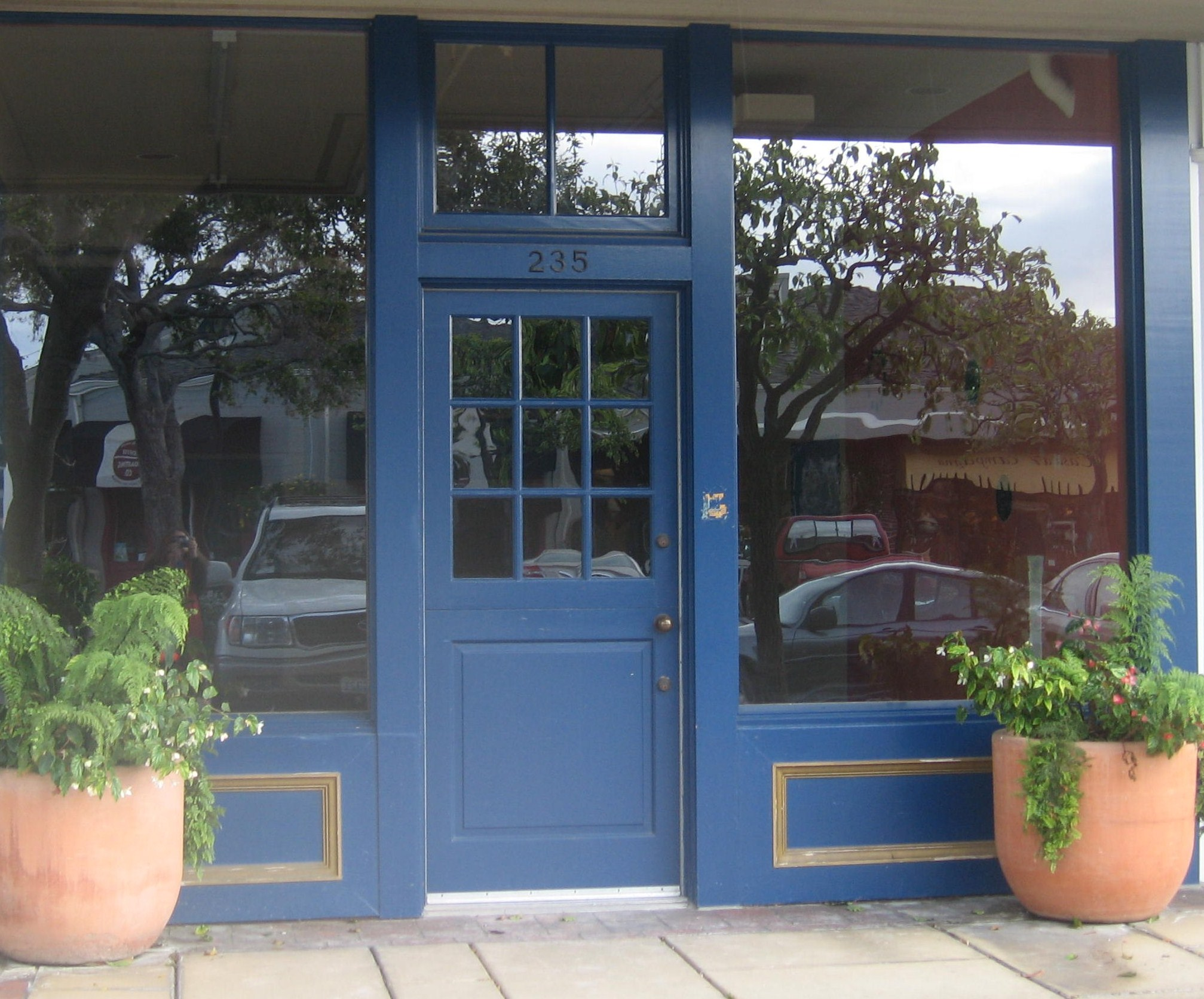 Behind the blue door : door shop - Pezcame.Com